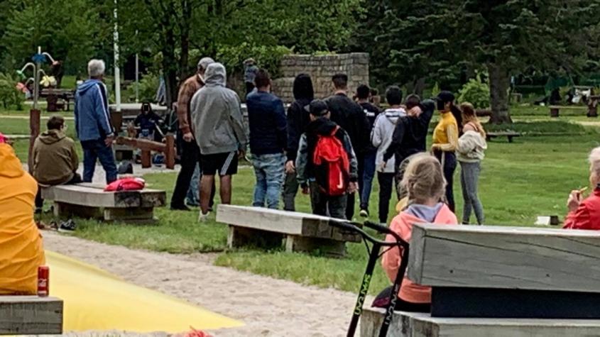 Nepřizpůsobivé děti obtěžují návštěvníky Nováku. Začíná to zde vypadat jako na dvorku před ubytovnou, stěžují si rodiče