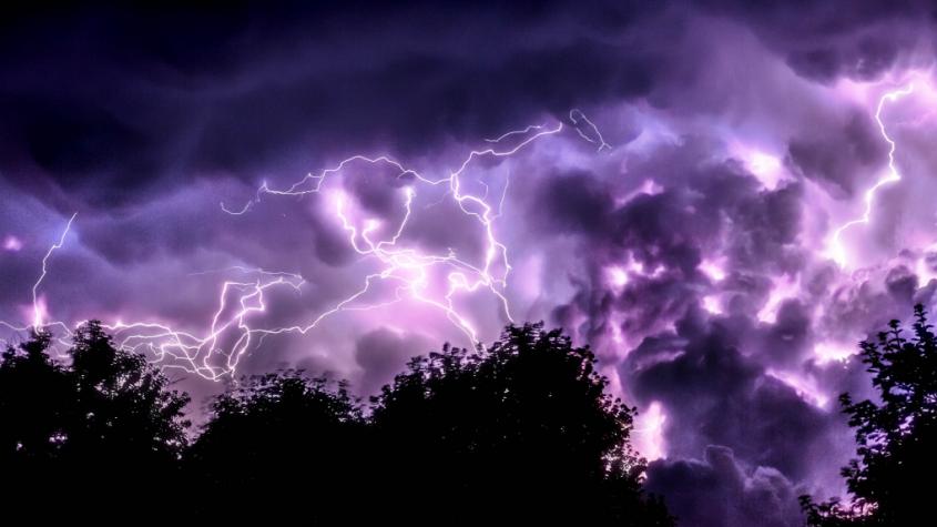 Meteorologové zpřísnili varování: Bouřky budou velmi silné, pozor na přívalové deště
