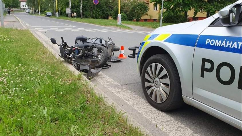 Motorkář, kterého srazila v Příbrami dodávka, zemřel