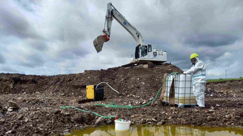 Toxická skládka po bývalé traktorové stanici má zmizet ještě letos