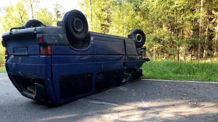 Po nehodě dvou vozidel skončila mezi Dobříší a Hostomicemi dodávka na střeše