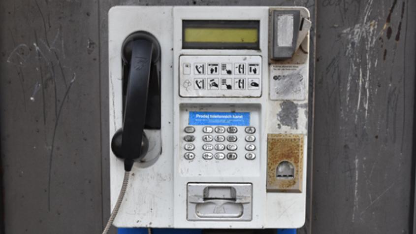 V Česku skončila éra telefonních budek, dělníci odstranili poslední v Hlubyni