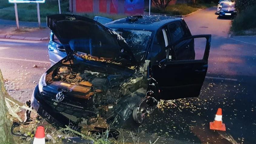 Opilý řidič v Příbrami zdemoloval auto o strom, nadýchal téměř dvě promile