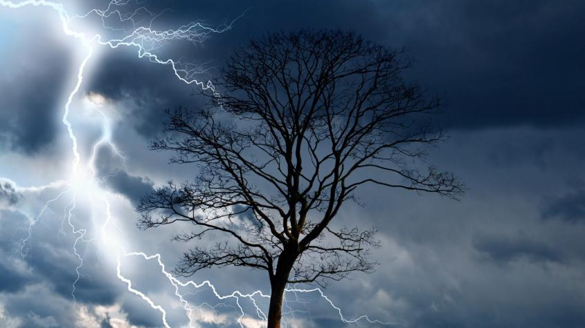 V neděli budou silné bouřky s krupobitím a přívalovým deštěm, varovali meteorologové