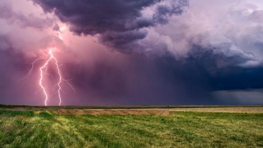 Bouřky mířící na Česko budou velmi silné. Přívalový déšť bude komplikovat dopravu a zvedat hladiny řek, varují meteorologové