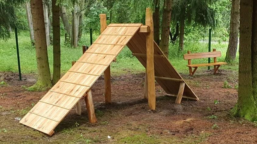 Příbram dokončuje výstavbu psího parku naproti skateparku u Nového rybníka