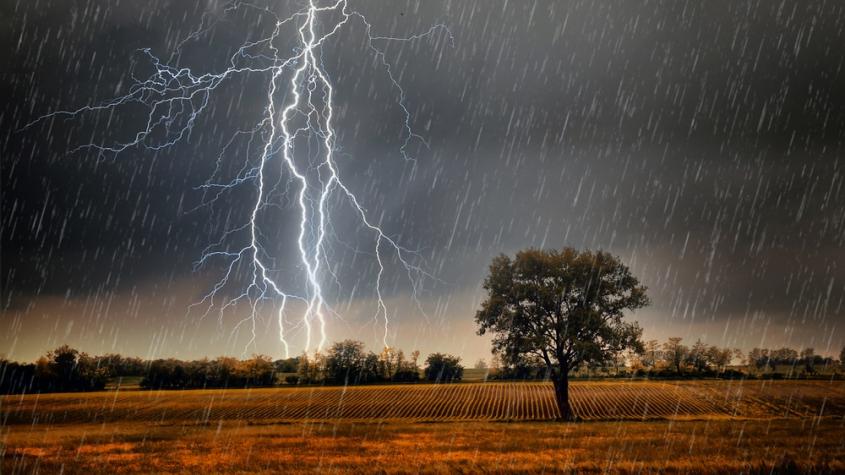 Očekávejte velmi silné bouřky s přívalovým deštěm a kroupami větších rozměrů, varují meteorologové