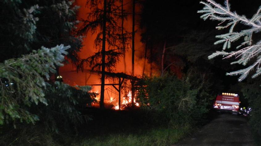 V kempu Radava shořelo 11 karavanů, obytný vůz i auto. Hasiči vyhlásili 3. stupeň poplachu