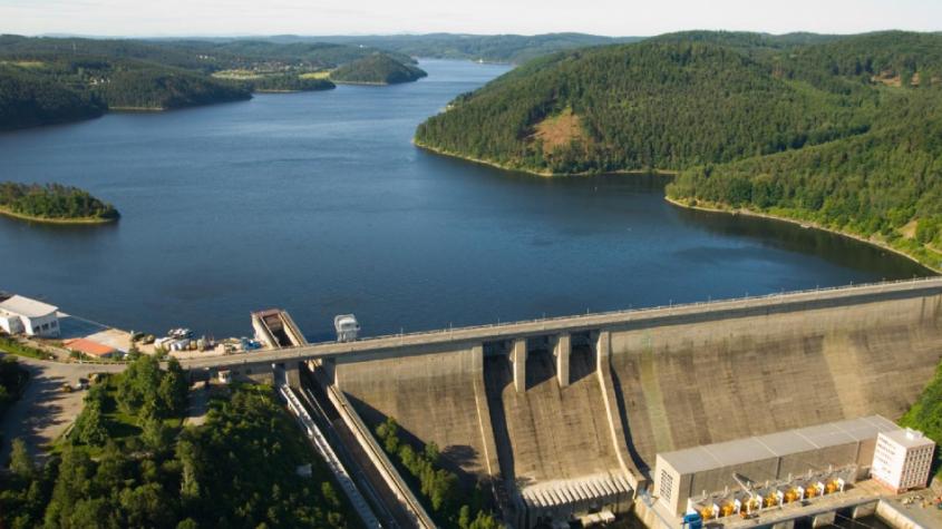 V Orlické přehradě se zhoršila kvalita vody, žádné nemoci z koupání zatím nehrozí