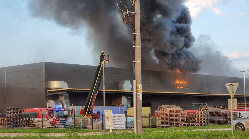 Při požáru hořovické lakovny byl vyhlášen třetí poplachový stupeň