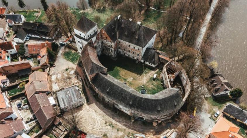 Repete Fest poprvé: Do prostor renesančního zámku se o víkendu nastěhuje současné umění