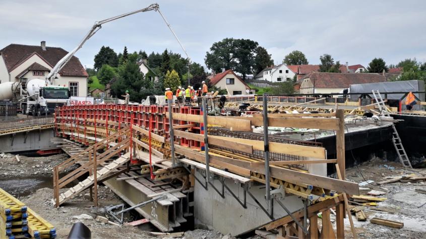 Nový most přes Mlýnský potok začíná dostávat budoucí podobu