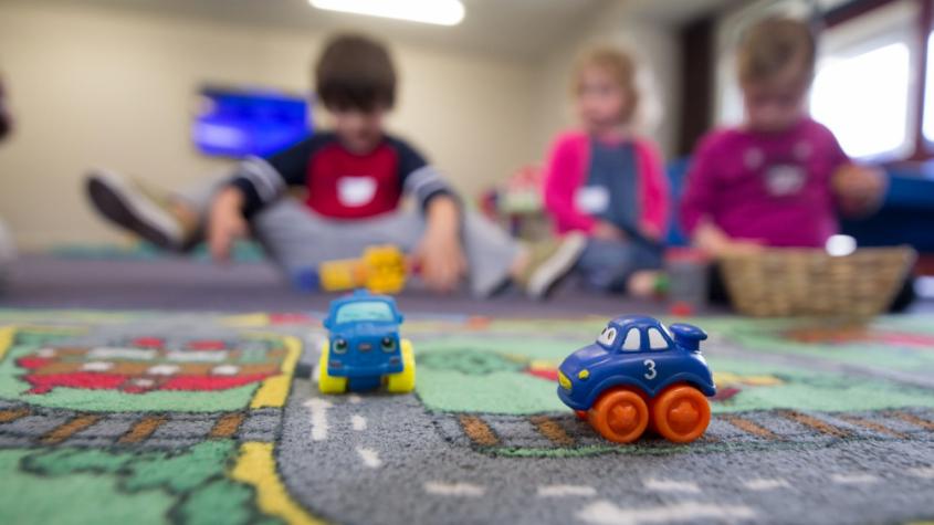 Počet dětí ve školkách loni meziročně klesl nejvíc za 15 let, školek ale přibylo