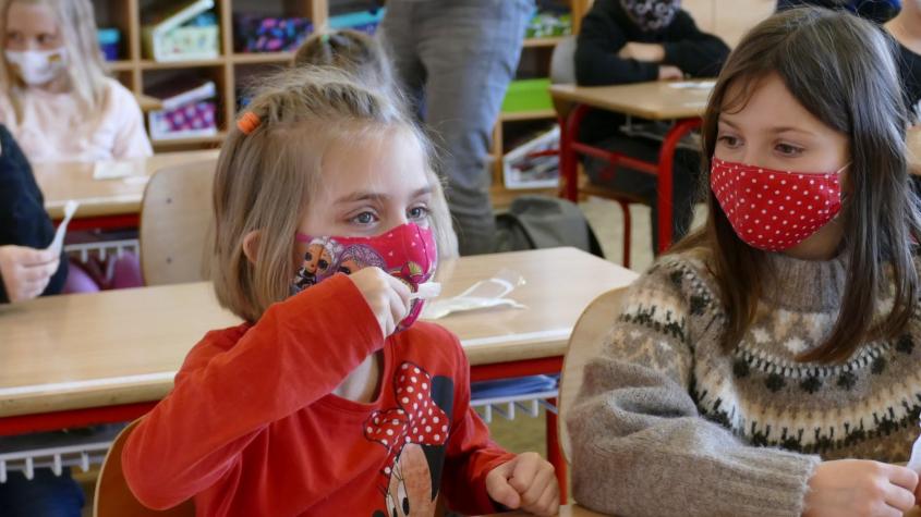 Potvrzeno: Školáky čekají tři vlny antigenních testů. Pokud se nenechají testovat, budou nosit respirátor