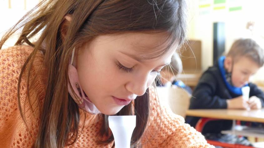 Děti, které se odmítnou testovat, nebudou moci ve škole zpívat ani cvičit
