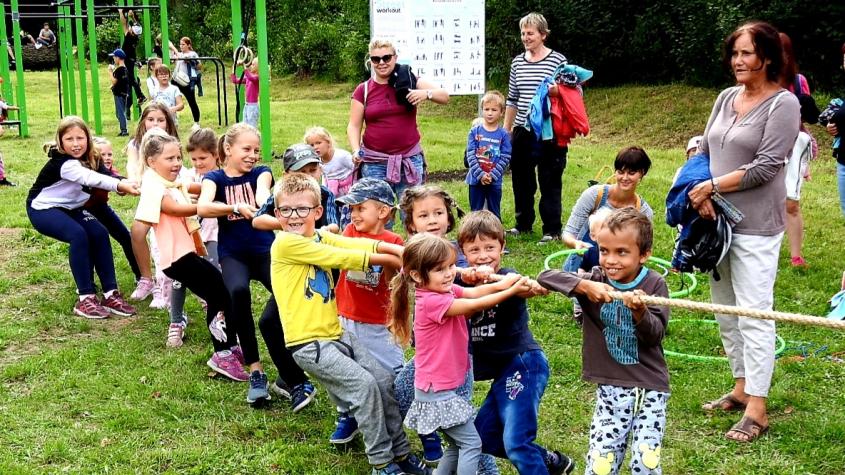 Nové dětské hřiště v lesoparku bylo slavnostně otevřeno