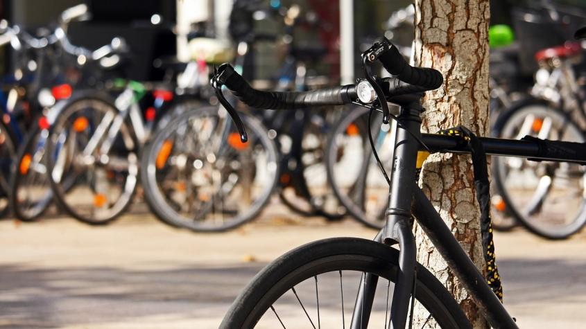 Školy, úřady, kulturní instituce. Míst, kde v Příbrami zaparkujete kolo, budou desítky