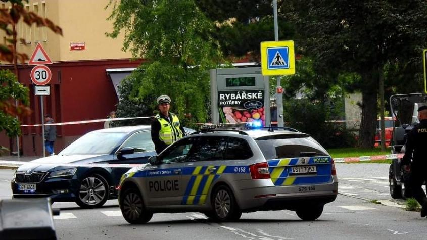 V Příbrami byl nalezen na autobusové zastávce odložený kufr. Policisté ulici uzavřeli, na místo jede pyrotechnik