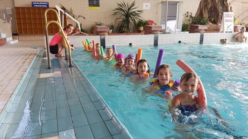 Do příbramského bazénu se vrací plavecká výuka a kurzy plavání