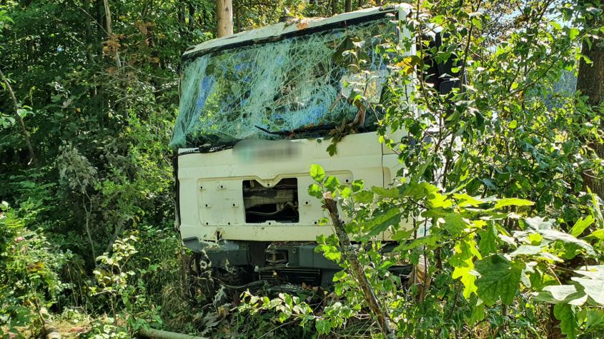 Havarovaný náklaďák u Jablonné doslova uvěznily náletové dřeviny, řidič skončil v nemocnici
