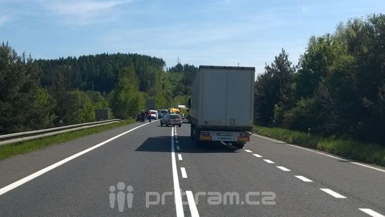 Vážná nehoda u Milína zablokovala silnici R4 v obou směrech