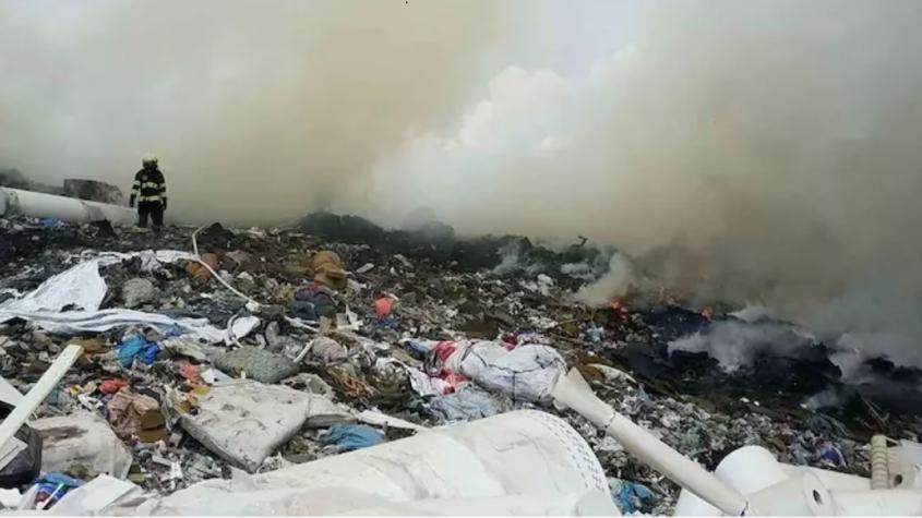 Hasičům se stále nedaří dostat požár skládky u Chrástu pod kontrolu, zasahuje již devět jednotek