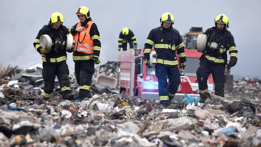 Hasiči pokračují s likvidací požáru skládky u Chrástu