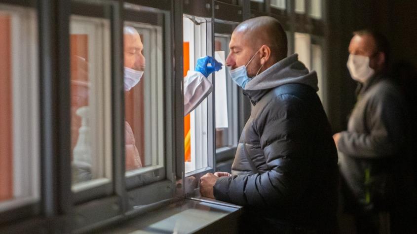 V pondělí testy odhalily skoro 500 případů covidu, víc než před týdnem
