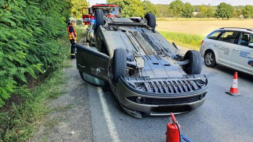 U Bohutína skončilo auto na střeše, řidič se lehce poranil
