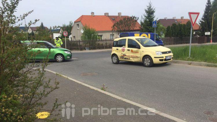Dvě auta se srazila ve Zdabořské ulici