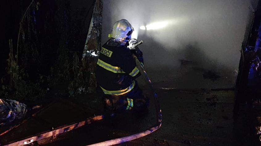 Hasiči zasahují u požáru garáží v Březnické ulici. V místě, kde bylo před třemi lety nalezeno torzo mrtvého muže
