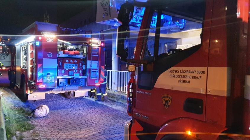 V paneláku byl cítit kouř, obyvatelé zavolali hasiče. Jednalo se o spálenou večeři
