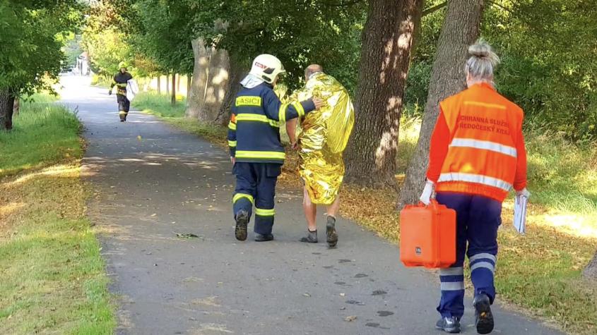 Muž uvízl po prsa v bahně, z rybníka ho museli vytáhnout hasiči