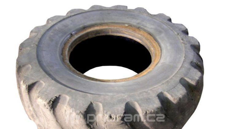 Poškodil svůj vůz o ležící pneumatiku