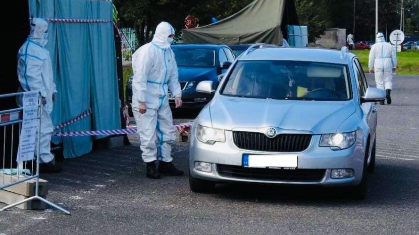 Hlasování z auta v Příbrami využilo pět lidí v karanténě