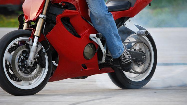 Motorkář nedodržel bezpečnou vzdálenost a naboural