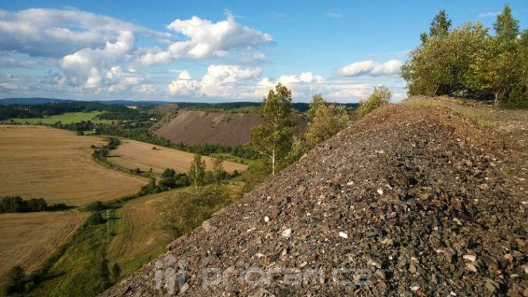Povrchový důl na uran na okraji města
