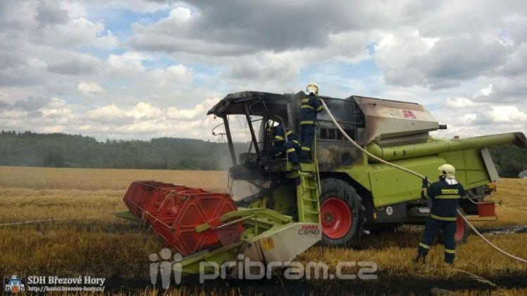 V Podlesí včera hořel kombajn, škoda vyšplhala na 4 miliony