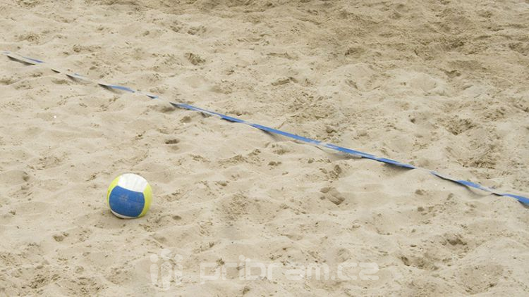Bazén čistí nový robot, hřiště na beach volejbal mají nový písek