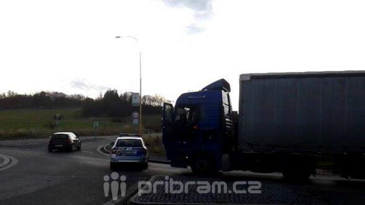 Porouchaný kamion blokuje kruhový objezd na Evropské