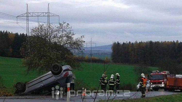 Řidička nezvládla zatáčku, vůz skončil na střeše