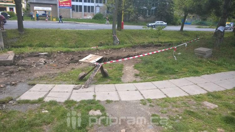 Osamělý hrdina: Včera odpoledne na cyklostezce pracoval jediný dělník