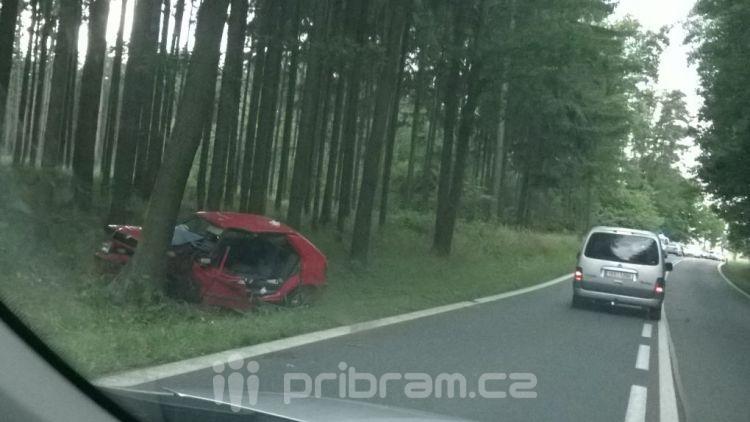 Za Višňovou skončilo auto ve stromě, na místě zasahovala záchranná služba