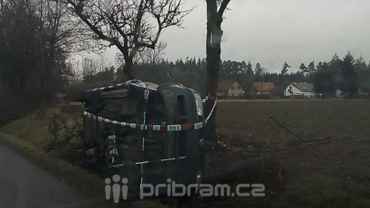 Auto u Narysova skončilo na střeše, řidič se hledá