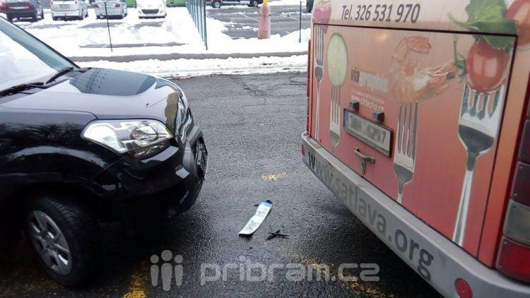 Autobus v Šachetní se srazil s osobním vozem