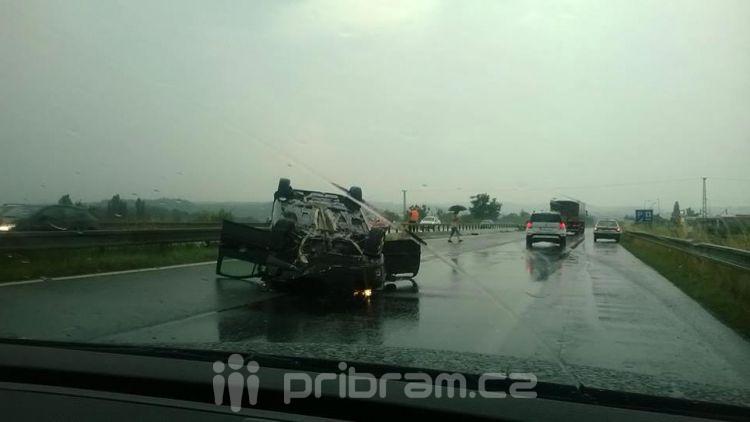 Nehoda na R4: Auto se převrátilo na střechu