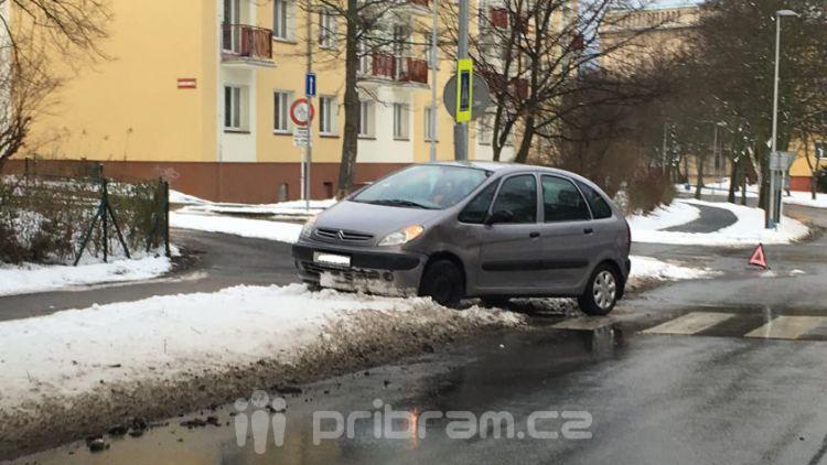 Dvě auta se srazila v ulici Politických vězňů