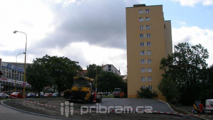 Parkoviště v Plzeňské není jen města, to jedná s majiteli pozemků
