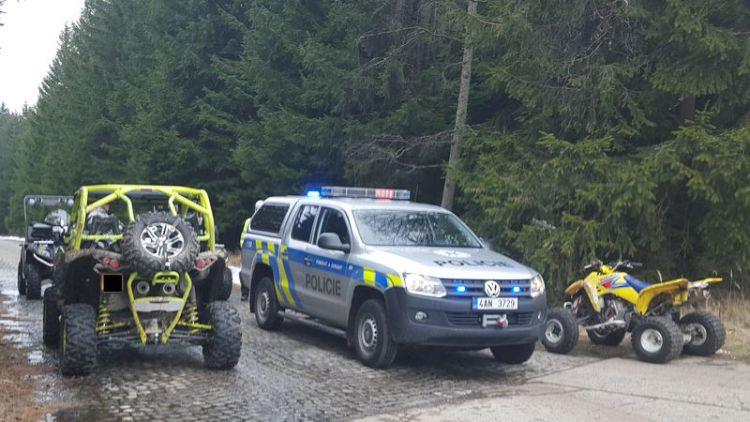 Policie zadržela muže, kteří jezdili v CHKO Brdy na čtyřkolkách