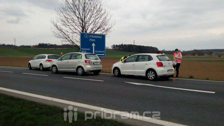 Nehoda tří vozů komplikuje provoz na Strakonické
